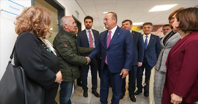 Bakan Çavuşoğlu Düsseldorf'ta vatandaşlarla buluştu