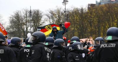 Berlin'de koronavirüs önlemleri karşıtı gösteri