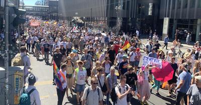 Berlin'de Kovid-19 kısıtlamaları protesto edildi