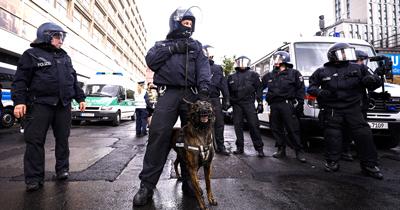 Stuttgart'ta yüzlerce kişi polise saldırdı