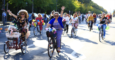 """Berlin'de """"Süslü Kadınlar Bisiklet Turu"""" yapıldı"""