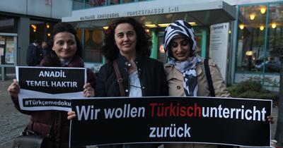"""Berlin'de """"Türkçeme dokunma"""" gösterisi"""