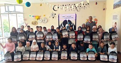 Öğrencilere çanta ve kitap hediye edildi