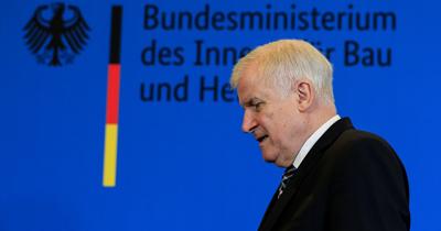 Seehofer CSU Genel Baskanligini birakiyor