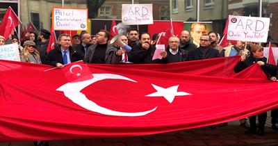 Köln'de ARD binası önünde protesto