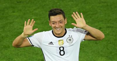 Mesut Özil'e baskı devam ediyor