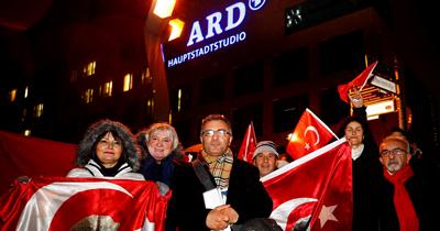Berlin ve Münih'te Atatürk'e yönelik çirkin yayın protesto edildi