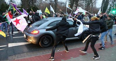 PKK/PYD yandaslari vatandaslarin arabasina saldirdi