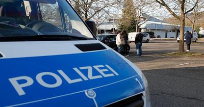 Alman, aracıyla göçmenlerin arasına daldı