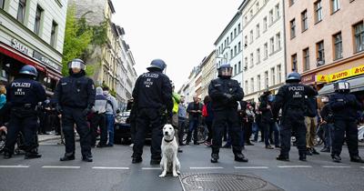 Frankfurt'ta koronavirüs protestosuna polis müdahalesi