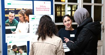 Tülin Sezgin informierte an der HWR Berlin über die Möglichkeiten des Stipendiums (Foto: Paul Zinken)